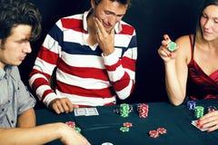 La gente joven que juega el torneo off-line del póker, amigos va de fiesta el co Foto de archivo libre de regalías