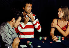 La gente joven que juega el torneo off-line del póker, amigos va de fiesta el co Imagen de archivo
