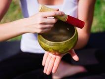 La gente joven que medita en yoga clasifica en verano en naturaleza Fotos de archivo