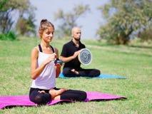 La gente joven que medita en yoga clasifica en verano en naturaleza Fotografía de archivo libre de regalías