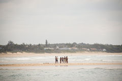 La gente joven que se coloca en el mar en Punta hace Ouro en Mozambique Fotos de archivo libres de regalías