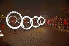 La gente joven realiza un espectáculo del fuego en la noche Imagenes de archivo
