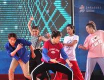 La gente joven realiza una danza moderna Imagen de archivo