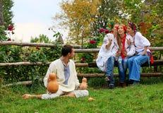 Gente joven vestida en ligar ucraniano de las camisas de la ropa del estilo Foto de archivo libre de regalías