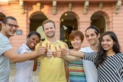 La gente joven sonriente que da los pulgares sube la muestra imágenes de archivo libres de regalías