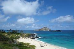 La gente juega en la playa y la vista del conejo y de la roca de las islas encendido Fotografía de archivo libre de regalías