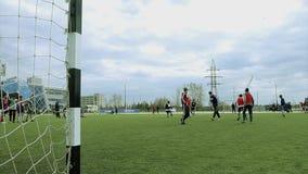 La gente juega a fútbol en el estadio almacen de video