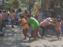 La gente jugaba el agua en el festival de Songkran o el ` tailandés del Año Nuevo Fotos de archivo libres de regalías