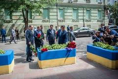 La gente in Kyiv onora la memoria di quelli uccisi nel attacco terroristico a Manchester Immagini Stock Libere da Diritti