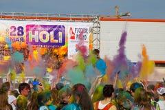 La gente lanzó una vez la pintura para arriba El festival de los colores Holi en Cheboksari, república del Chuvash, Rusia 05/28/2 Fotos de archivo libres de regalías