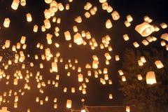 La gente lanza Khom Loi, las linternas del cielo durante el festival de Yi Peng o de Loi Krathong Imagen de archivo