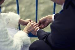 La gente, las manos y los fingeres casados con los anillos Imagen de archivo