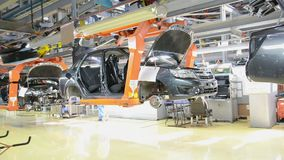 La gente lavora al montaggio delle automobili Lada sul trasportatore della fabbrica AutoVAZ archivi video