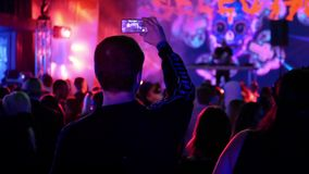 La gente llama por teléfono a concierto de la música almacen de video