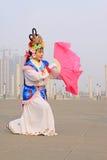 La gente lleva la ropa colorida, funcionamientos de la danza del yangko en el s Foto de archivo