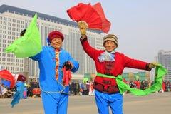 La gente lleva la ropa colorida, funcionamientos de la danza del yangko en el s Fotos de archivo