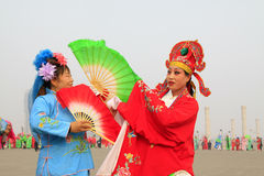 La gente lleva la ropa colorida, funcionamientos de la danza del yangko en el s Imagenes de archivo