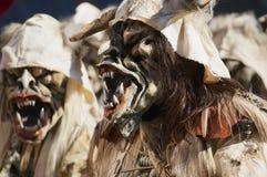 La gente lleva los trajes y las máscaras en el carnaval de Lucern en Alfalfa, Suiza Fotos de archivo