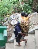 La gente lleva a niños abajo de la colina imágenes de archivo libres de regalías