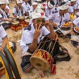 La gente local durante Ogoh-ogoh construido es estatuas para el desfile de Ngrupuk Imágenes de archivo libres de regalías