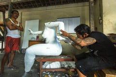 La gente local durante Ogoh-ogoh construido es estatuas para el desfile de Ngrupuk Imagen de archivo
