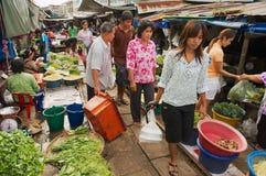La gente local hace compras en el mercado de las pistas ferroviarias de Mae Klong en Samut Songkram, Tailandia Imágenes de archivo libres de regalías