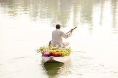 La gente local utiliza Shikara, un bote pequeño para el transporte en el lago Dal estado de Srinagar, Jammu y Cachemira, la India imágenes de archivo libres de regalías