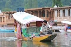 La gente local utiliza 'Shikara', un bote pequeño para el transporte en t Fotografía de archivo
