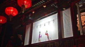 La gente local va al entre bastidores a tirar las fotos para el molde en el condado de Yu, China almacen de metraje de vídeo