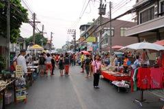 La gente local vende la comida y bebidas tailandesas tradicionales Imagen de archivo