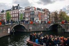 La gente locale ed i turisti guidano sulle barche e partecipano a celebrare il giorno del ` s di re Fotografia Stock Libera da Diritti