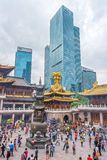 La gente locale ed i turisti pagano i rispetti in Jing'an Temple Fotografia Stock