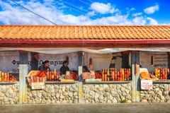 La gente locale vende i dolci fatti domestici armeni vicino al tem antico Fotografie Stock