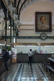 La gente maneja su correo en la oficina de correos en Ho Chi Minh City, Vietnam foto de archivo