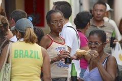 La gente mangia gli alimenti a rapida preparazione della via locale a Avana, Cuba Immagine Stock