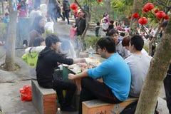 La gente mangia il buffet del barbecue nell'area scenica Immagine Stock