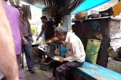 La gente mangia in un ristorante della viuzza in Calcutta Fotografia Stock