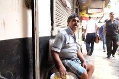 La gente mangia in un ristorante della viuzza in Calcutta Immagine Stock Libera da Diritti