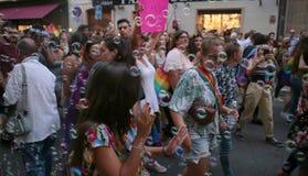 La gente marcia durante le celebrazioni di orgoglio di LGBT in Mallorca immagini stock
