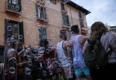 La gente marcia durante le celebrazioni di orgoglio di LGBT in Mallorca fotografia stock libera da diritti