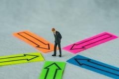 La gente miniatura calcola l'uomo d'affari che sta al centro dell'AR Immagine Stock Libera da Diritti
