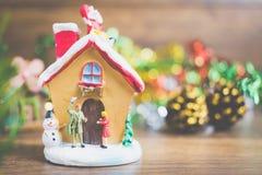La gente miniatura en el pueblo celebra el día de la Navidad, Holida Fotografía de archivo