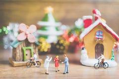La gente miniatura en el pueblo celebra el día de la Navidad, Holida Fotos de archivo libres de regalías