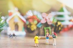 La gente miniatura en el pueblo celebra el día de la Navidad, Holida Fotografía de archivo libre de regalías