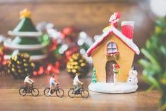 La gente miniatura en el pueblo celebra el día de la Navidad, Holida Fotos de archivo