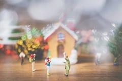 La gente miniatura en el pueblo celebra el día de la Navidad, Holida Imagenes de archivo