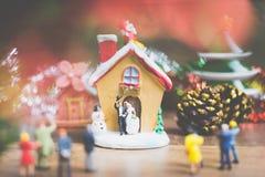 La gente miniatura en el pueblo celebra el día de la Navidad, Holida Foto de archivo