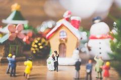 La gente miniatura en el pueblo celebra el día de la Navidad, Holida Imágenes de archivo libres de regalías