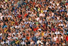 La gente mira el partido de fútbol Fotos de archivo libres de regalías