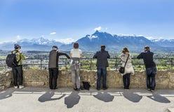 La gente mira las montañas del castillo Hohensalzburg en Salzburg Fotografía de archivo libre de regalías